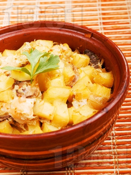 Печени пилешки гърди с картофи и гъби в гювече - снимка на рецептата